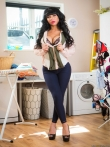 Яркая испанская домохозяйка с роскошной жопой и круглыми дойками раздевается в подсобке, фото 1
