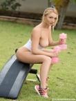 Eva Green на природе снимает бикини и голышом занимается спортом на тренажере, фото 4