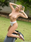 Eva Green на природе снимает бикини и голышом занимается спортом на тренажере, фото 6