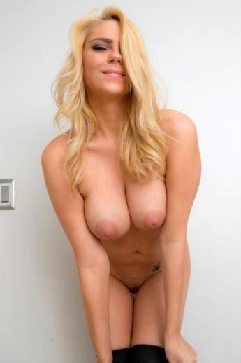 Любительский стритиз улыбчивой блондинки с классными натуральными сиськами