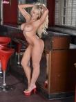 Голые дойки блондинки Cara Brett на высоких каблуках, фото 12