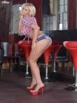 Голые дойки блондинки Cara Brett на высоких каблуках, фото 3