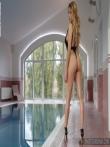 Рыжая красотка на высоких каблуках голышом в бассейне, фото 2