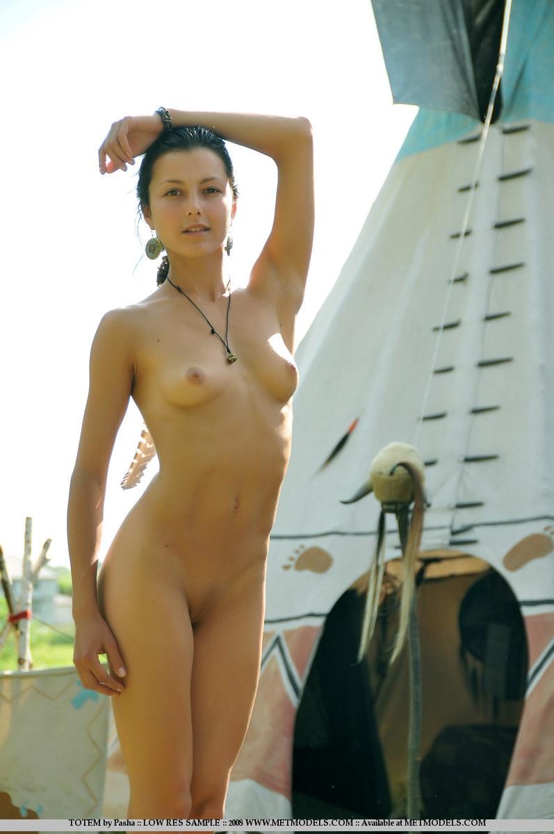 Худая на природе раком встает голой попкой отвесив вниз маленькую грудь