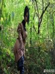 Зрелая шлюшка в лесочке оголяет большую задницу и дойки, фото 18