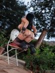 Роскошная голая задница Romi Rain в сексуальном нижнем белье в саду на высоких каблуках, фото 11