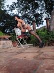 Роскошная голая задница Romi Rain в сексуальном нижнем белье в саду на высоких каблуках, фото 9