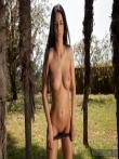Красивая длинноногая латинка раздевается под пальмами до гола показывая татушку на спине, фото 7