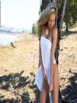 Ветер задрал юбку красивой пухлогубой блондинки оголив ее большую жопу на природе, фото 3