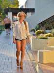 Улыбчивая шлюха в очках на улице снимает джинсовые шорты публично оголяя узкие дырки маленькой задницы, фото 5