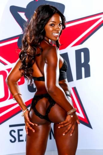 Горячая африканская порнозвезда Ana Foxxx со смуглой попкой в вырезе кружевных трусов