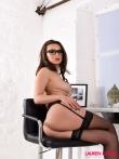 Персональная секретарская шлюшка в очках Lauren Louise раздевается в офисе до голая снимает юбку и лифчик на рабочем месте, фото 5