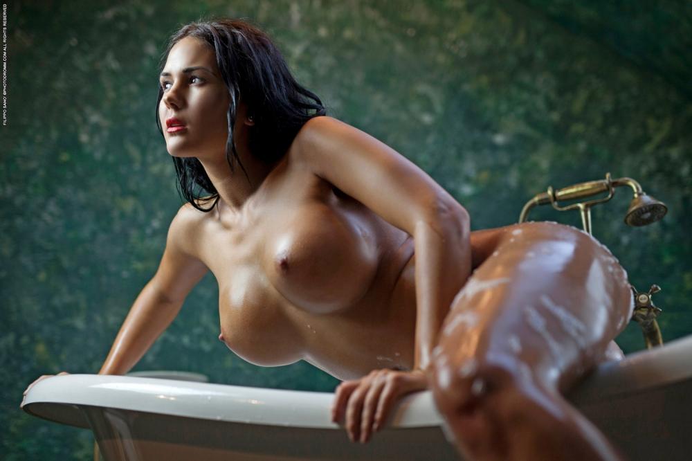 Жгучая брюнетка голышом в ванной с большими мокрыми дойками и круглой жопой