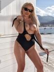 Большие дойки в разрезе черного купальника блондинки в солнцезащитных очках, фото 2