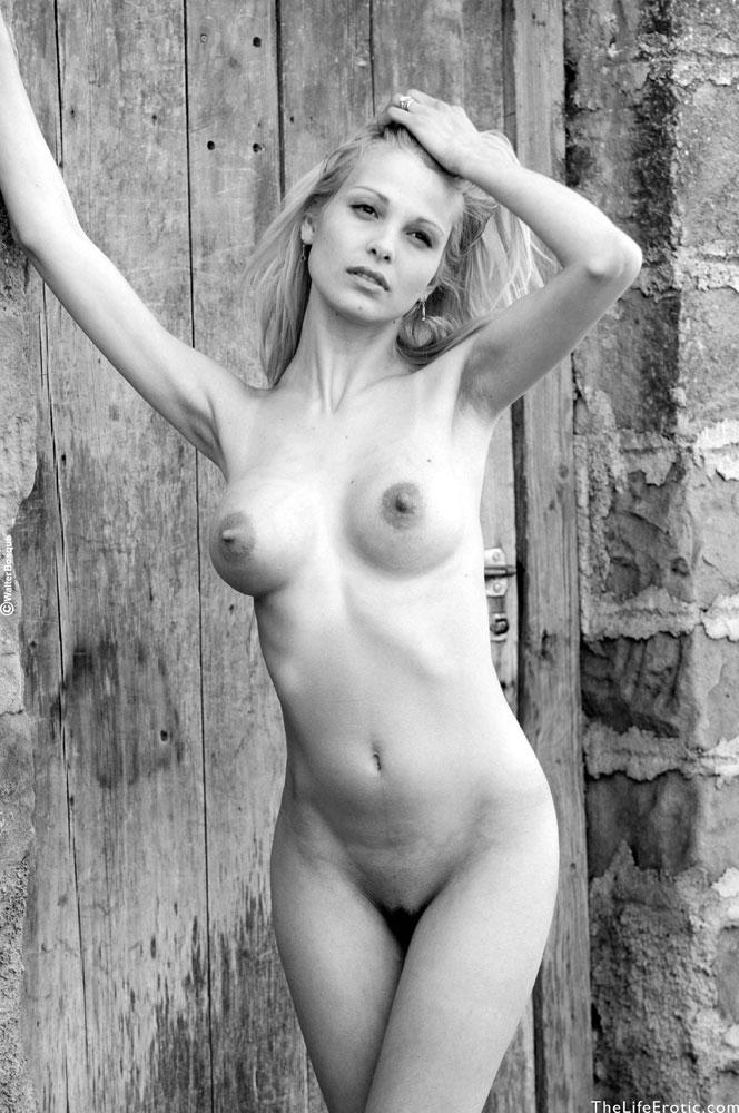 Черно белая эротика блондинки 21 фотография