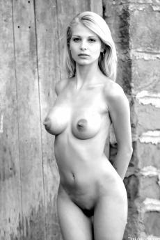 Обворожительная голая блондинка на черно белых фото