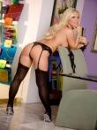 Сексуальная попка зрелой блондинистой шлюхой в черных чулках, фото 5