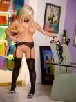 Сексуальная попка зрелой блондинистой шлюхой в черных чулках, фото 7
