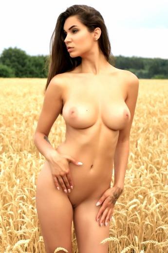 Голая с большими сиськами в поле ржи