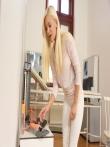 Большим дилдо худая блондинка маструрбирует узкую киску в кабинете доктора, фото 2