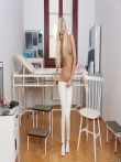 Большим дилдо худая блондинка маструрбирует узкую киску в кабинете доктора, фото 6