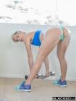 Спортивная блондинка дала негру с большой шишкой в тренажерном зале, фото 5