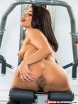 Спортивная порнозвезда Адриана Чечик обнажается в тренажерном зале, фото 18