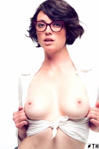 Брюнетка с короткой стрижкой в очках распахивает блузку оголяя знойные дойки