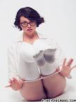 Брюнетка с короткой стрижкой в очках распахивает блузку оголяя знойные дойки, фото 14