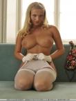 Жаркая попка блондинки и ее большие голые дойки в белых чулочках, фото 6
