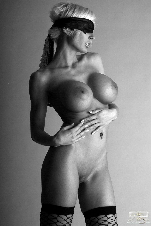 Черно белое фото девушек с большой грудью 4 фотография