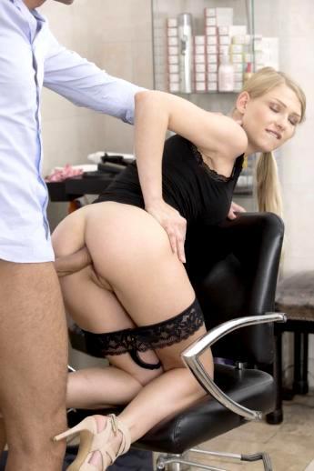 В офисе секретарша в строгой одежде порадовала начальника аналом в зачетную попу