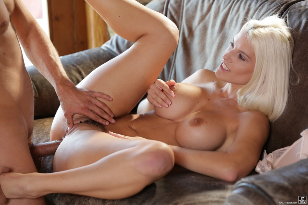 Роскошную блондинку ебут в жопу
