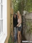 Мужик публично отъебал трех девок на улице, фото 1