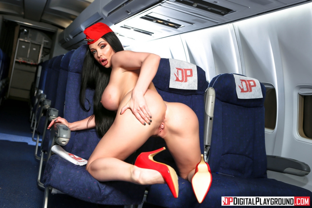 Сочная задница под юбкой стюардессы