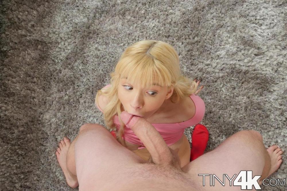 Потянул за косички чтобы поглубже насадить ротик блондинки на член