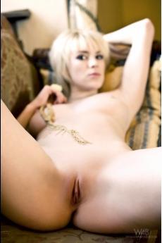 Сексуальная блондинка с большими голыми сиськами Jennifer White (16 фото)