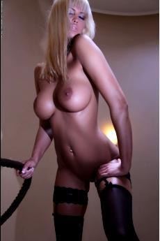 Красивая гламурная блондинка в черных чулках (20 фото)