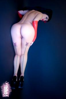 Большая грудь Violet в  красном Латексе