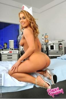 Блондинка в униформе медсестры пробует анал