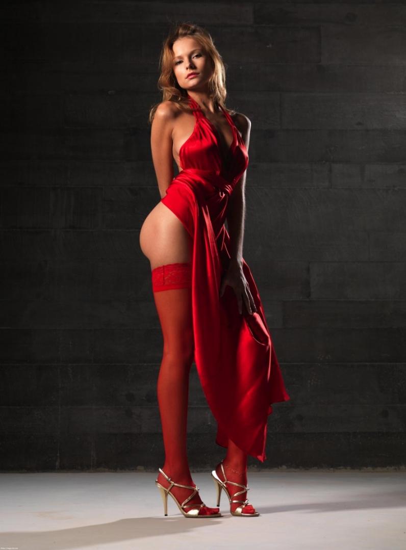 Соблазнительная красотка в красном платье 5 фотография