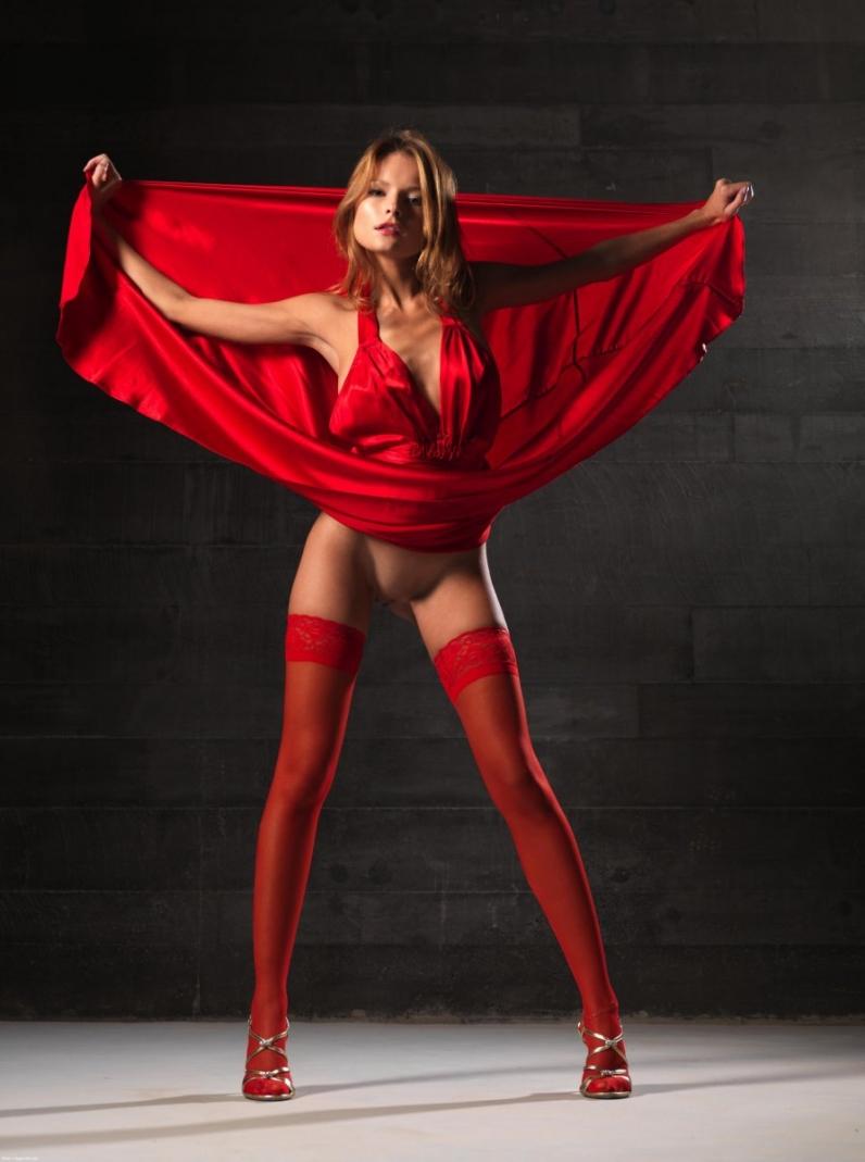 Соблазнительная красотка в красном платье 2 фотография