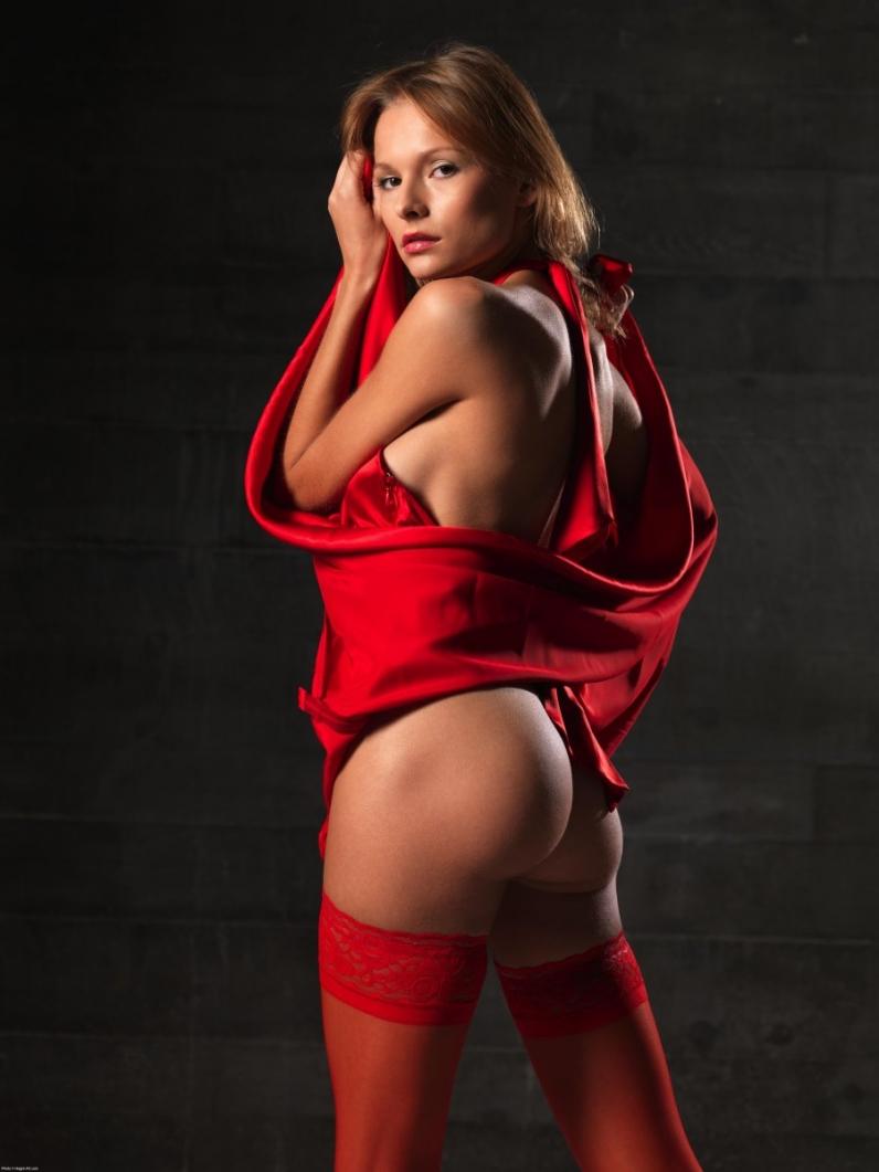 Соблазнительная красотка в красном платье 7 фотография