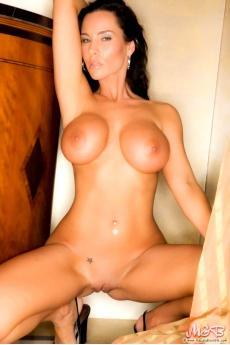Большая грудь сексуальной голой брюнетки (16 фото)