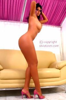 Пышная девушка Сильвия с большой голой попкой (9 фото)