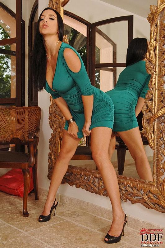 сисястые брюнетки в зелёном платье