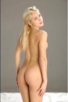 Нежная голая девушка (12 фото)