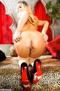 Пышная порно звезда Abbey Brooks с большой задницей