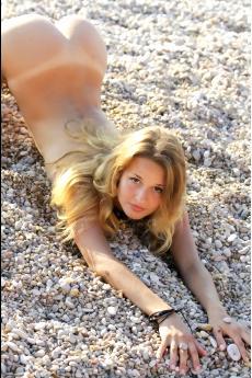 Молоденькая блондинка голышом на пляже