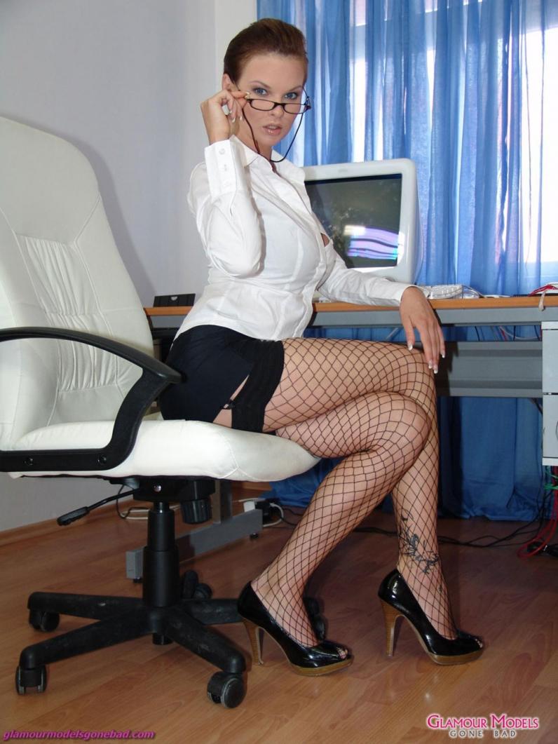 Секс в офисе на высоких каблуках 13 фотография